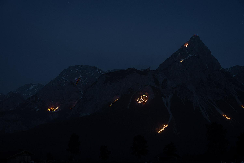 Sonnwendfeuer vom Golfplatz in Ehrwald gesehen