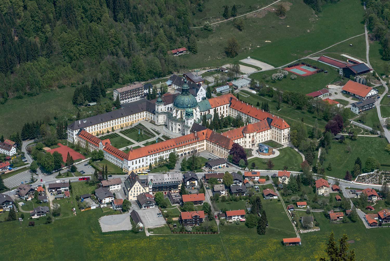 das Benediktinerabtei Kloster Ettal von oben