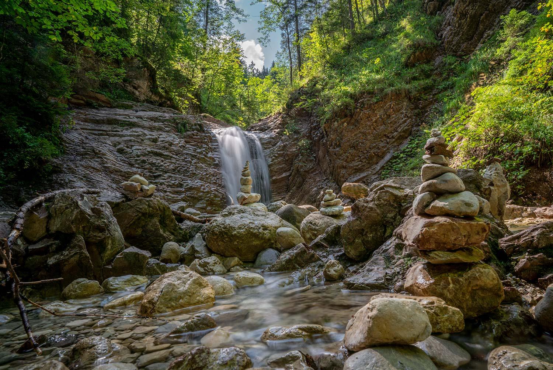 Steinmandl am kleinen Wasserfall in der Klamm