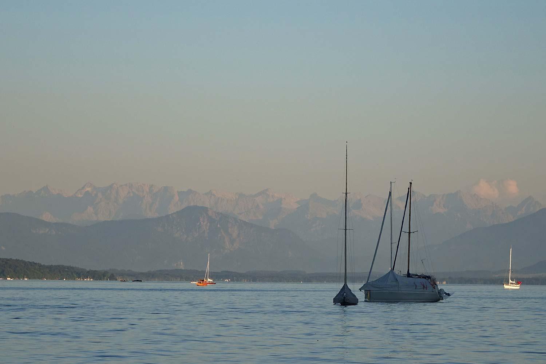 Bergpanorama zum Sonnenuntergang am See