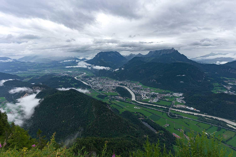 Wolkenverhangener, grauer Blick auf Kufstein vom Gipfel