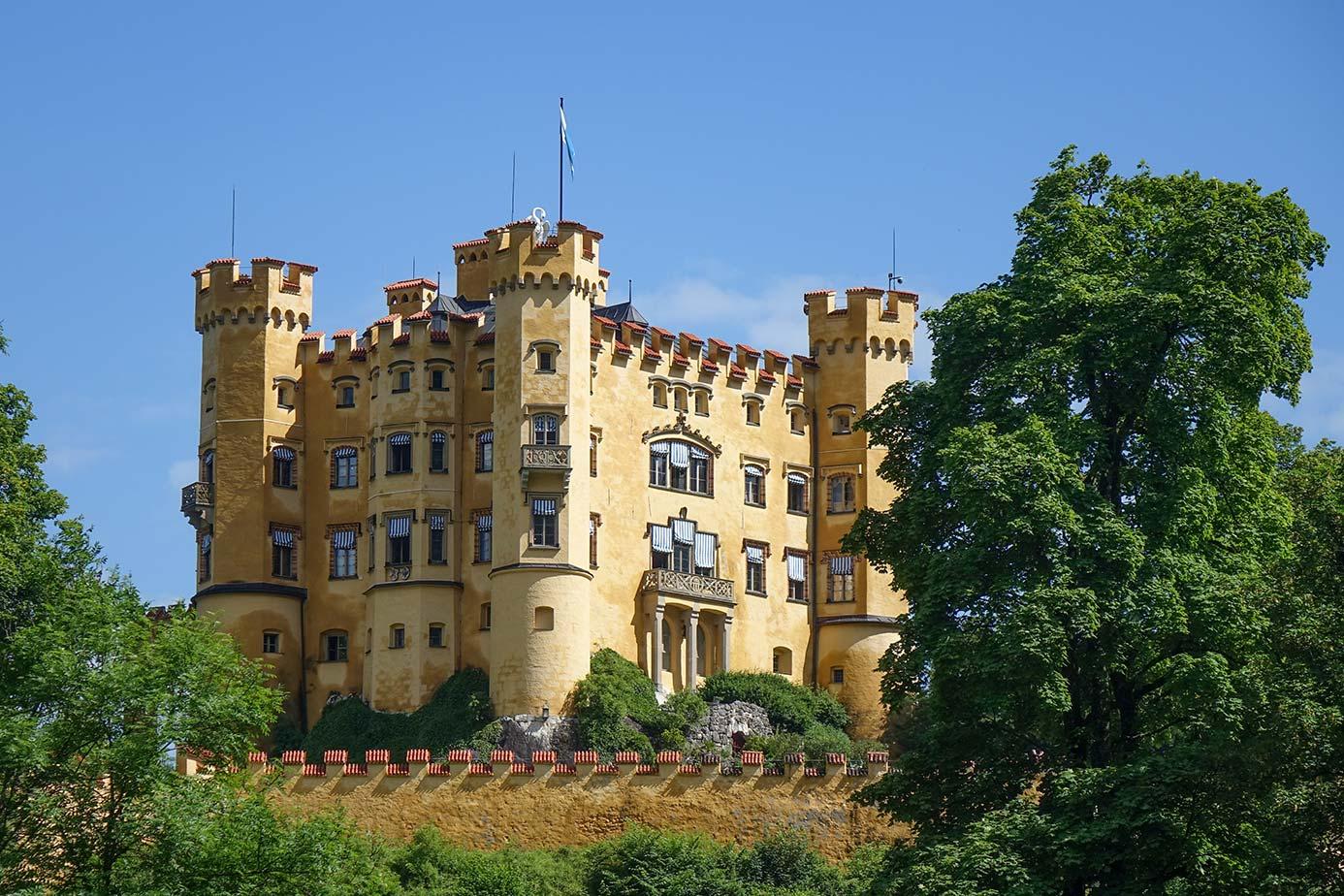 Schloss Hohenschwangau versprüht schon fast mediterrane Stimmung am See