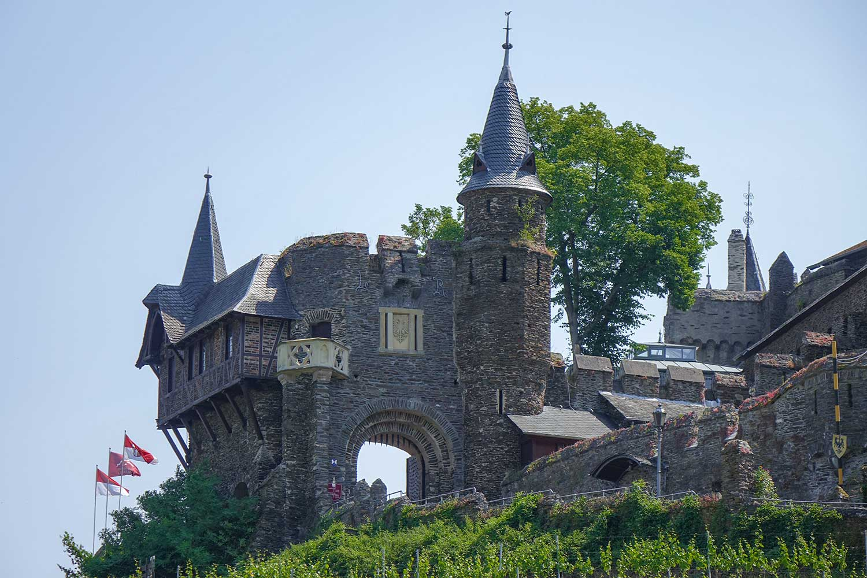 das mächtige Tor zur Burg