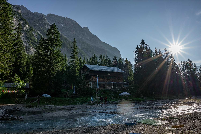 die Reintalangerhütte zum Sonnenaufgang