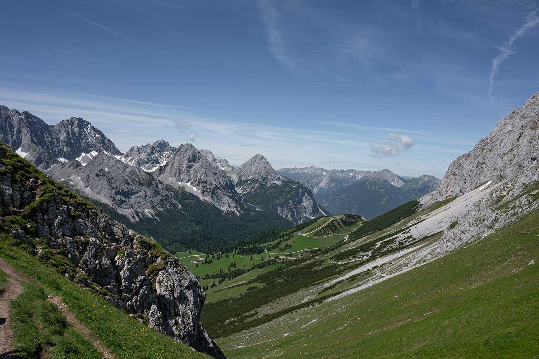 die erste Tiroler Alm ist in Sicht, es geht bergab