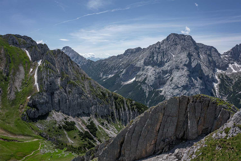 die schroffen Felswände begleiten einen bis nach Ehrwald