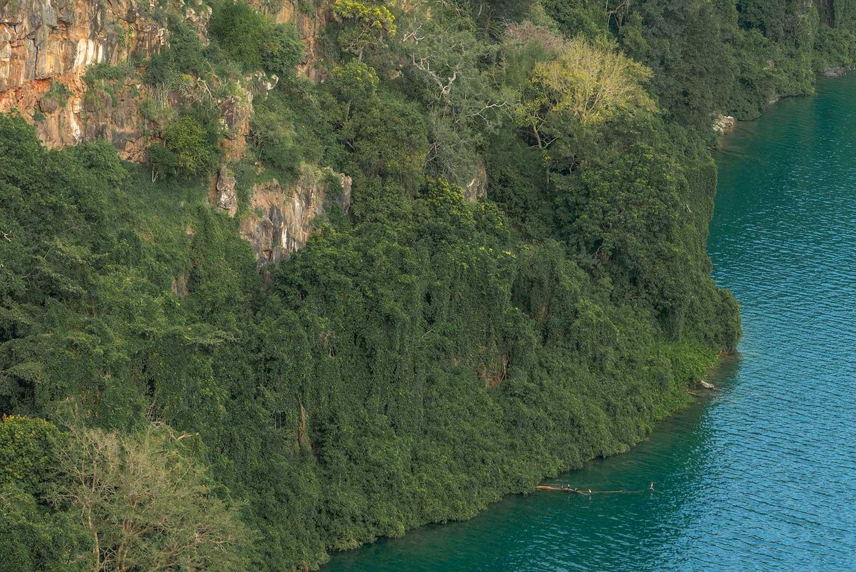 dichtbewachsener Kraterrand am Chala See